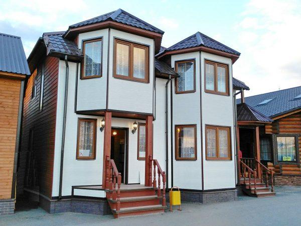 Каркасный дом с эркером, балконом и террасой