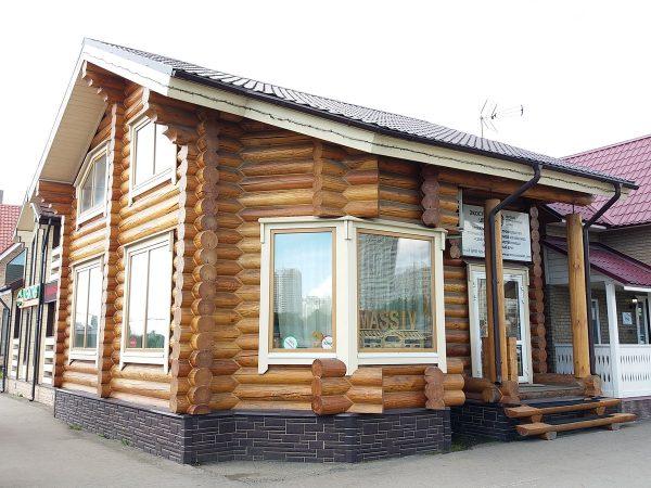 Двухэтажный дом из оцилиндрованного бревна с террасой. Проект Строгино-S