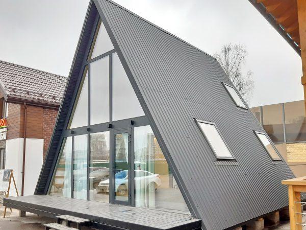 Лицевой фасад выполнен из особых стеклопакетов с теплым контуром